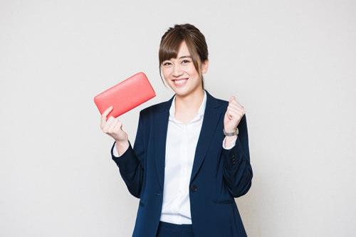 お財布を持って喜ぶ女性